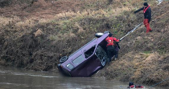 Auto, którym podróżowało pięcioro młodych ludzi, zjechało ze skarpy i koziołkowało, zanim wpadło do Wisłoka. Za kierownicą siedział 24-letni właściciel samochodu - to najnowsze ustalenia śledczych ws. tragedii w Tryńczy na Podkarpaciu, która miała miejsce w Boże Narodzenie. Młodzi ludzie utopili się uwięzieni w samochodzie.