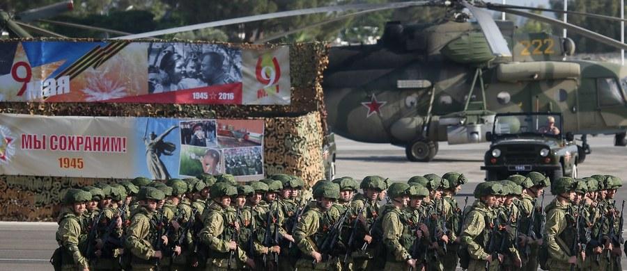 Ministerstwo obrony Rosji poinformowało w czwartek, że dwóch rosyjskich wojskowych zginęło 31 grudnia w wyniku ataku moździerzowego islamistów na bazę lotniczą Hmejmim w prowincji Latakia na zachodzie Syrii.