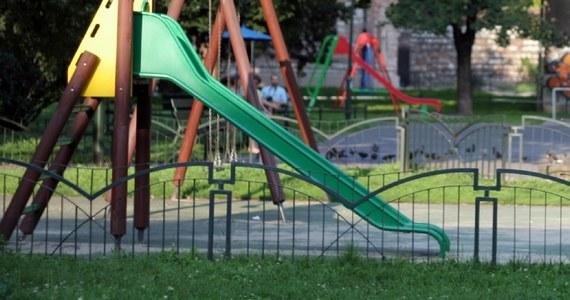 Po 170 euro grzywny wymierzyła straż miejska w Ligurii na północy Włoch dwóm 14-latkom. To kara za to, że bujały się na huśtawce, choć są na nią za duże. Jak wyjaśniono, grzywna mogła być trzy razy wyższa.