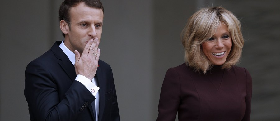 Pierwsza Dama Francji zaczyna się buntować - donoszą nadsekwańskie media. 64-letnia Brigitte Macron nie chce dłużej pozostawać w cieniu męża. Osoby z jej bliskiego otoczenia sugerują, że robi Emmanuelowi Macronowi awantury. Skarży się, że zbyt często odgrywa jedynie drugoplanową rolę w czasie rożnego rodzaju oficjalnych uroczystości.