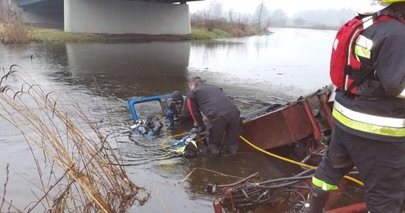 To kierowca osobowego BMW spowodował wypadek na obwodnicy Piły, w którym zginął kierowca TIR-a - twierdzą śledczy. Mężczyzna usłyszał już zarzuty. Do tragedii doszło w ubiegły czwartek. Kierowca ciężarówki nagle zmienił pas, staranował barierkę i wpadł do rzeki.