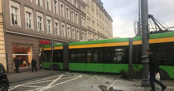 Tramwaj uderzył w kamienicę w Poznaniu. Nikomu nic poważnego się nie stało, lekkie obrażenia odniósł jedynie motorniczy. Świadkowie mówią jednak, że całe zdarzenie wyglądało bardzo groźnie.