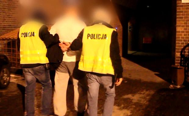 Prokuratorskie zarzuty usłyszał 29-latek zatrzymany w środę przez policję we Wrocławiu. W sylwestrową noc miał napaść na policjantów. To pierwsza zatrzymana w tej sprawie osoba. Do sądu trafił już wniosek o tymczasowy areszt.