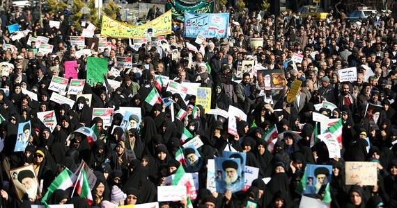 Dowódca irańskiej armii Abdulrahim Musawi oznajmił, że policja zdławiła już antyrządowe protesty, w których zginęło 21 osób, ale że jego oddziały są gotowe do interwencji, jeśli będzie to konieczne. W kraju trwają też manifestacje poparcia dla władz.