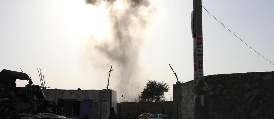 Co najmniej 11 osób zginęło, a 20 zostało rannych w czwartkowym samobójczym zamachu bombowym na grupę policjantów w Kabulu - podało afgańskie ministerstwo zdrowia. Do ataku przyznało się Państwo Islamskie.