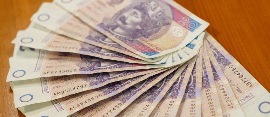 Najniższy od 3 lat kurs franka szwajcarskiego może zachęcać do przewalutowania kredytów na złotowe. Dziś frank kosztuje tylko 3 złote 52 grosze, czyli o 60 groszy mniej, niż rok temu. Dziennikarz RMF FM Krzysztof Berenda, wraz z analitykami, policzył ile takie przewalutowanie mogłoby kosztować.