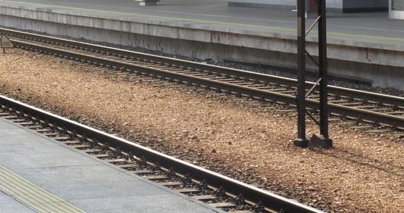 O prawdziwym szczęściu może mówić kobieta, która wraz z dwoma pasażerami utknęła na przejeździe kolejowym na ulicy Szczecińskiej w Koszalinie. Przejeżdżający pociąg tylko zarysował tył jej auta.