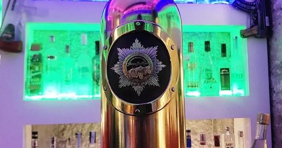 Policja w Kopenhadze znalazła butelkę wódki wartą 1,3 mln dolarów, która została skradziona z duńskiego baru - poinformowali funkcjonariusze. Właściciel lokalu przyznał, że butelka została znaleziona pusta.