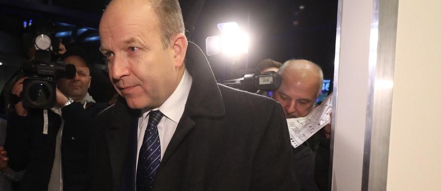 """Bez porozumienia zakończyło się piątkowe spotkanie ministra zdrowia z protestującymi lekarzami rezydentami. """"Z wielkim żalem muszę powiedzieć, że jesteśmy bardzo rozczarowani"""" - mówił wiceprzewodniczący Porozumienia Rezydentów OZZL Jarosław Biliński. """"Minister zdrowia i minister Suski przyszli kompletnie nieprzygotowani"""" - ocenił. """"Państwo rezydenci powiedzieli, że ponieważ na temat pieniędzy się nie dogadaliśmy, to nie ma o czym rozmawiać"""" - stwierdził z kolei Konstanty Radziwiłł, szef resortu zdrowia. Zapowiedział jednocześnie, że kolejne spotkanie odbędzie się """"prawdopodobnie za parę dni""""."""
