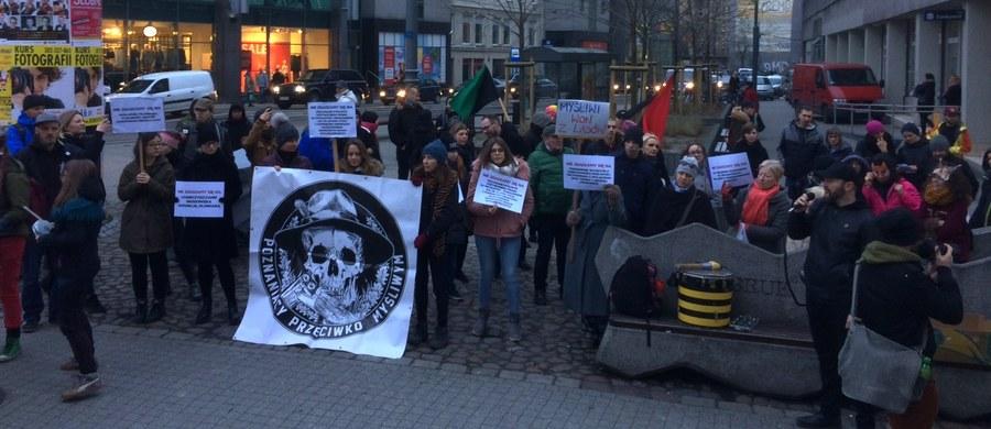 Kilkadziesiąt osób pikietowało w piątek w centrum Poznania przeciwko nowym przepisom łowieckim. Chodzi m.in. o możliwość polowania na prywatnych gruntach, bez konsultacji z ich właścicielem.