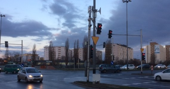 Na kilku skrzyżowaniach w Poznaniu pojawiły się megafony. Mają ostrzegać mieszkańców przed zagrożeniami.