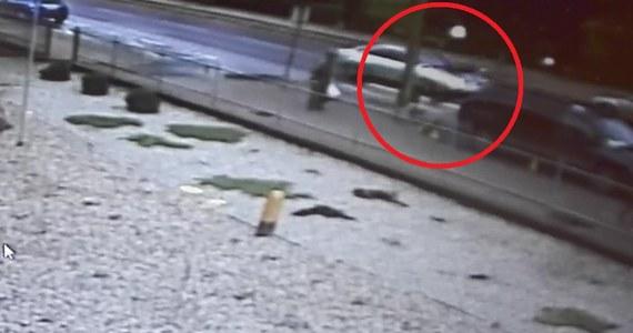 51-letnia kobieta kierująca audi potrąciła w Krasnymstawie na przejściu dla pieszych 17-latka. Na szczęście jego obrażenia nie były poważne. Kobieta jednak straciła prawo jazdy. Groźny wypadek zarejestrowała kamera monitoringu.