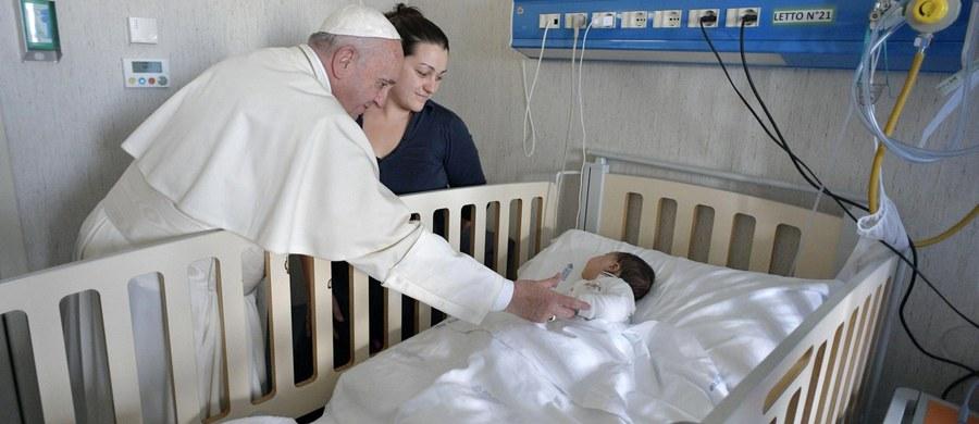 Papież Franciszek złożył w piątek niezapowiadaną wizytę w siedzibie watykańskiego szpitala pediatrycznego w miejscowości Palidoro pod Rzymem - podały media Stolicy Apostolskiej. Franciszek spotkał się tam z chorymi dziećmi, ich rodzicami i personelem.