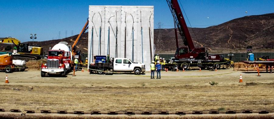"""Resort bezpieczeństwa narodowego USA przedstawił grupie senatorów plany wymiany starych i instalacji nowych zapór na granicy z Meksykiem. Koszt tej operacji oceniany jest na 18 miliardów dolarów w okresie 10 lat - poinformował """"Wall Street Journal""""."""