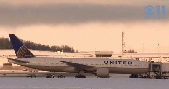 Samolot linii United Airlines był zmuszony awaryjnie lądować na Alasce. Powodem był akt wandalizmu, jakiego dokonał 22-letni pasażer. Mężczyzna zabrudził obie toalety własnymi odchodami. Po wylądowaniu maszyny, został z niej wyprowadzony przez policję w kajdankach. Ma zostać przebadany przez lekarza psychiatrę – twierdzi telewizja KTVA.