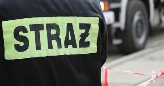 Tragiczny pożar w Wałbrzychu na Dolnym Śląsku. W płonącym mieszkaniu zginął 37-letni mężczyzna. Z kamienicy ewakuowano 15 osób, w tym jedno dziecko.