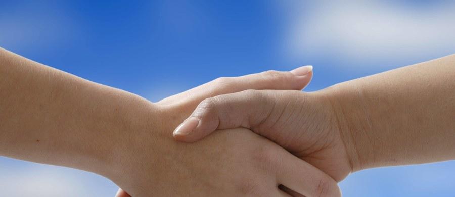 """W Irlandii Północnej z powodu coraz większej liczby zachorowań na """"australijską grypę"""" zawieszono w kościołach zwyczaj podawania sobie ręki podczas mszy na znak pokoju."""