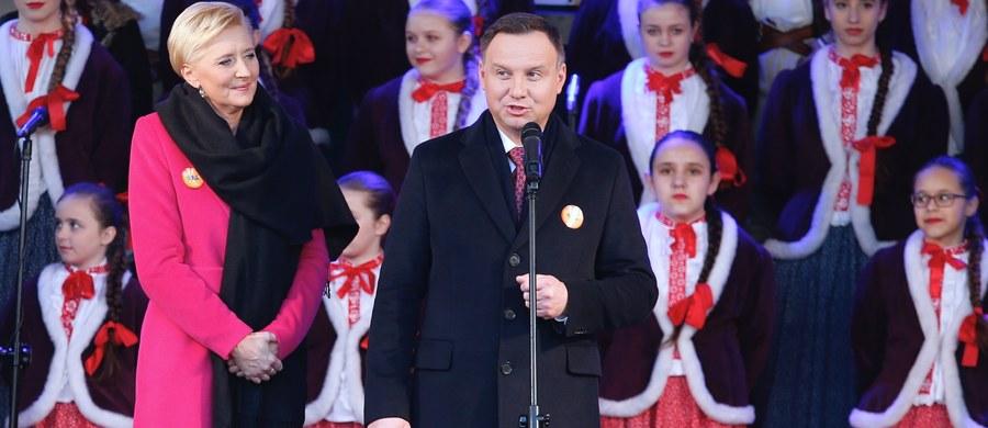 Każdy może przyjść i być między nami - Polakami i chrześcijanami - jeżeli szanuje naszą tradycję, wiarę, przekonania i jeżeli nie chce ich naruszać - powiedział w sobotę prezydent Andrzej Duda. Wraz z małżonką Agatą Kornhauser-Dudą wziął udział w Orszaku Trzech Króli w Skoczowie na Śląsku Cieszyńskim.