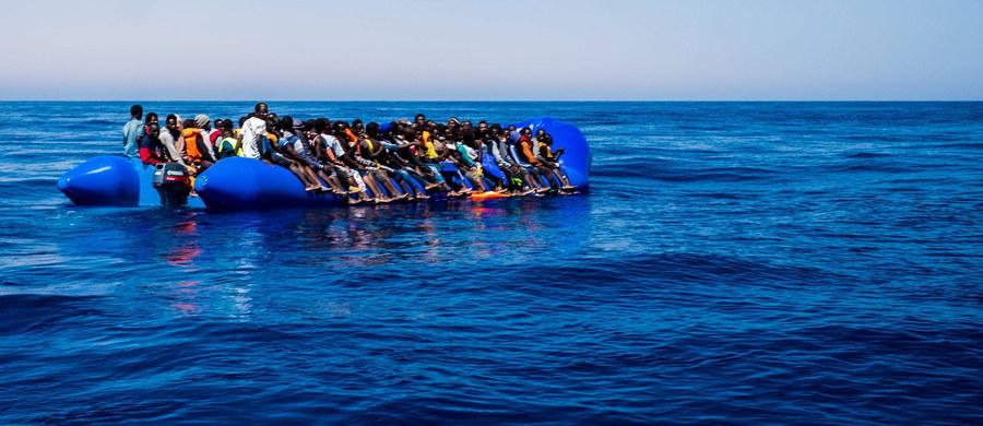 Co najmniej 25 migrantów zginęło w wyniku zatonięcia w sobotę łodzi na Morzu Śródziemnym u wybrzeży Libii - poinformował rzecznik tamtejszej straży przybrzeżnej. Płynęło nią do 150 osób, 84 osoby uratowały włoskie służby.