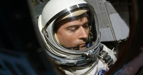 W wieku 87 lat zmarł John Young, jeden z najwybitniejszych astronautów w amerykańskiej historii. Był dziewiątym człowiekiem, który chodził po powierzchni księżyca - do tej pory spacer po tym globie odbyło 12 osób. O odejściu urodzonego w San Francisco astronauty poinformowała NASA. Agencja kosmiczna wskazała w oświadczeniu, że przyczyną śmierci były powikłania po przebytym zapaleniu płuc.