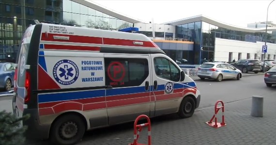 Jedna z osób przebywających na terenie kompleksu rekreacyjnego w Warszawie zauważyła na dnie basenu nastolatka. Ratownicy szybko wyciągnęli chłopaka i podjęli reanimacje. Na miejsce przyjechało pogotowie. Chłopiec odzyskał przytomność i został zabrany do szpitala. Ze wstępnych ustaleń wynika, że nastolatek przebywał na basenie bez opiekunów. W chwili wypadku na basenie przebywało ok. 80 osób. Sam obiekt jest monitorowany.