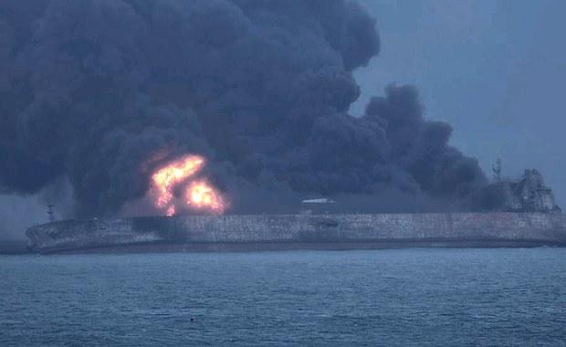 Na tankowcu, na którym po kolizji z frachtowcem u wschodnich wybrzeży Chin wybuchł pożar, jest zagrożenie eksplozją - donoszą chińskie media, powołując się na przedstawicieli władz. Trwają poszukiwania 32 zaginionych członków załogi płonącej jednostki.