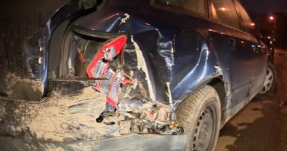 Krakowska policja szuka młodego mężczyzny, który w niedzielę nad ranem zniszczył kilkanaście samochodów. Funkcjonariusze znają już jego tożsamość. Podejrzewają, że 20-latek był pod wpływem alkoholu lub środków odurzających.