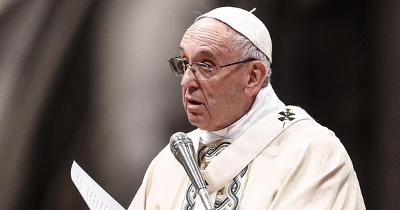 """Papież Franciszek powiedział przedstawicielom korpusu dyplomatycznego, że na migrantów należy patrzeć jak na ludzi i mówiąc o nich, nie rozbudzać skrytych obaw. Zdaniem papieża Europa, czerpiąc ze swych tradycji, powinna być miejscem gościnnym. """"Dzisiaj mówi się dużo o migrantach i migracjach, czasem by rozbudzić najbardziej skryte obawy"""" - podkreślił Franciszek w przemówieniu do ambasadorów z całego świata akredytowanych przy Stolicy Apostolskiej."""