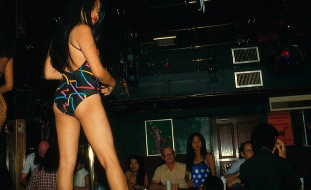 """Brytyjski turysta został zatrzymany w Tajlandii po tym, jak prostytutka wypadła z piątego piętra hotelu. Mężczyzna tłumaczył, że uprawiali """"dziwny i ekstrawagancki"""" seks na balkonie."""