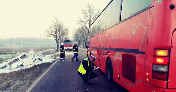 Osiem osób zostało rannych w czołowym zderzeniu busa z autobusem w Trylu koło Świecia w woj. kujawsko-pomorskim na drodze powiatowej 1218. Poszkodowani zostali zabrani do szpitala.