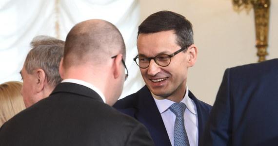 """Dziękuję tym, którzy pełnili do tej pory funkcje w rządzie; wykonali pracę bardzo dobrze - powiedział w Pałacu Prezydenckim premier Mateusz Morawiecki. Jak dodał, nowy rząd """"nie jest rządem przeciwko komuś"""", a jego zadaniem jest budowa podmiotowej Polski w silnej Europie."""