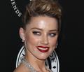 Wychudzona Amber Heard na ściance