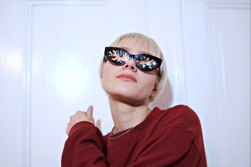 """Telewizja TVN opublikowała oficjalny spot, promujący jesienną ramówkę stacji. W minutowym materiale możemy usłyszeć utwór """"Więcej"""", który stworzyła Rosalie. i Stendek."""