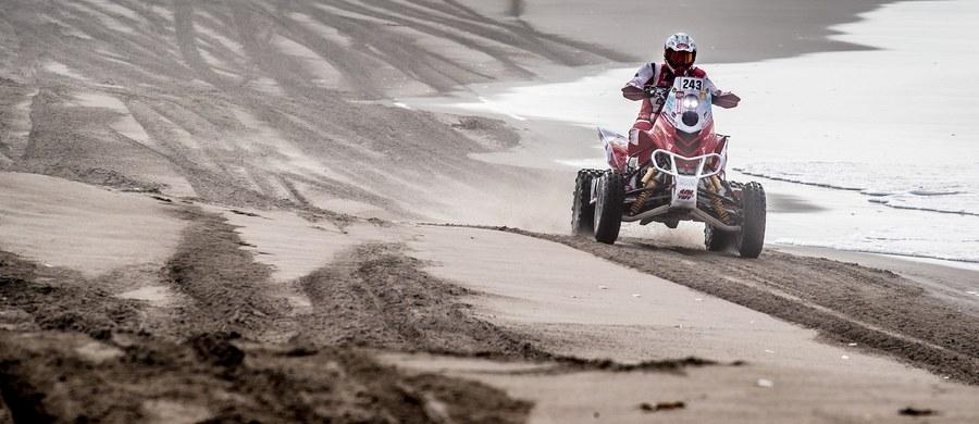 Rafał Sonik musiał pokonać 270 km z przebitą oponą, a Kamil Wiśniewski utknął na pustyni z powodu braku paliwa. Czwartego etapu Rajdu Dakar polscy quadowcy z pewnością nie zaliczą do udanych. Warto jednak pamiętać o tym, że każdy z nich przesunął się w klasyfikacji generalnej tylko o jedną pozycję w dół.