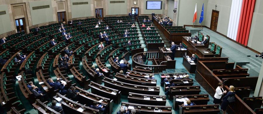 Dwa obywatelskie projekty dot. aborcji rozpatrzy Sejm na środowym posiedzeniu. Jeden przewiduje zniesienie możliwości przerwania ciąży ze względu na ciężkie wady płodu. Drugi z kolei zezwala na tzw. aborcję na żądanie kobiety do 12 tygodnia ciąży.