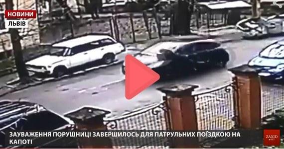 """Lwowska policja dała trzy dni na zgłoszenie się do komisariatu kobiecie, która kierując samochodem nie zatrzymała się do kontroli drogowej, najechała na policjantów a jednego z nich """"przewiozła"""" na masce swojego pojazdu kilkaset metrów."""