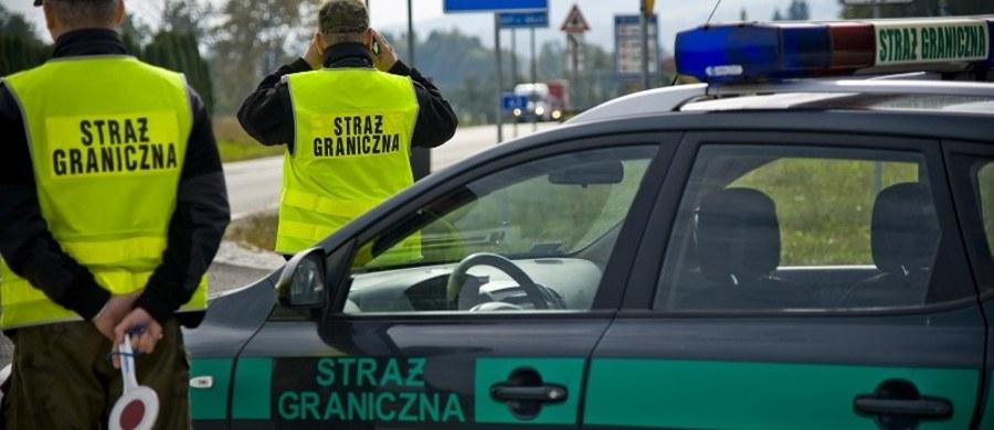 20 osób w 7-osobowym busie przewoził obywatel Mołdawii zatrzymany minionej nocy przez pograniczników na polsko-niemieckiej granicy w Olszynie w Lubuskiem. Wiózł z Mołdawii do Niemiec swoich rodaków – poinformował rzecznik Nadodrzańskiego Oddziału SG Rafał Potocki.