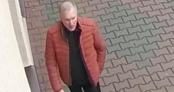 Policja z Chrzanowa poszukuje mężczyzny, który wczoraj około godziny 13:50 przy ul. 3 Maja, w siedzibie zarządu okręgu Prawa i Sprawiedliwości groził i zaatakował pracownika biura.