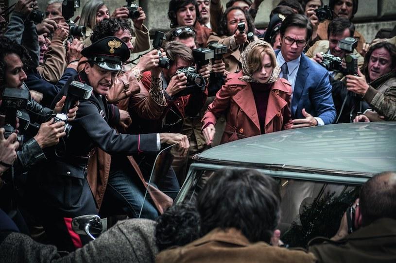 """Za  10 dodatkowych dni zdjęciowych na planie filmu 'Wszystkie pieniądze świata"""" Mark Wahlberg zainkasował czek w wysokości 1,5 mln dolarów. Partnerująca ma na ekranie Michelle Williams otrzymała za tę samą pracę niecały tysiąc dolarów. Szokującą dysproporcję na liście płac ujawnił raport """"USA Today""""."""