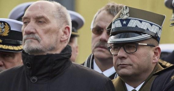 Bardzo prawdopodobne, że w najbliższych dniach gen. Jarosław Kraszewski odzyska dostęp do tajemnic. To z kolei skończy się pewnie odwołaniem szefa Służby Kontrwywiadu Wojskowego Piotra Bączka. Takie są możliwe konsekwencje odejścia z MON Antoniego Macierewicza.