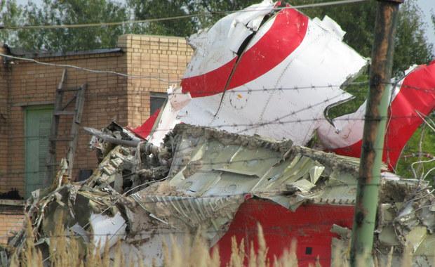 Lewe skrzydło samolotu Tu-154 M zostało zniszczone w wyniku eksplozji wewnętrznej, istniało kilka źródeł eksplozji, a brzoza nie miała wpływu na pierwotne zniszczenie skrzydła - to jedna z kluczowych konkluzji raportu technicznego podkomisji smoleńskiej.