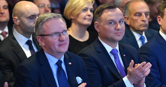 Tezy jakoby w kwestii zmian w rządzie, w tym na stanowisku szefa MON, doszło do ze strony prezydenta Andrzeja Dudy do szantażu, wymuszenia czy działania wbrew woli większości parlamentarnej są nieuprawnione - powiedział prezydencki minister Krzysztof Szczerski.