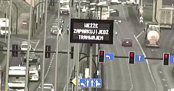 """ZIKiT namawia """"ludzkim głosem"""" mieszkańców Małopolski. """"Park and Ride Kurdwanów otwarty. Weźże zaparkuj i jedź tramwajem"""" - taka informacja pojawiła się na tablicy informacyjnej znajdującej się na Zakopiance, zaraz przed węzłem Zakopiańskim."""