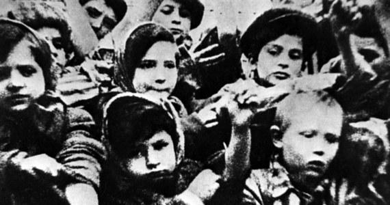 """W czwartek do księgarni w Wielkiej Brytanii trafi książka pod tytułem """"Tatuażysta z Auschwitz"""". Opowiada ona historię żydowskiego więźnia Lale'go Sokolova, urodzonego jako Ludwig Eisenberg w 1916 roku na Słowacji. W wieku 26 lat trafił on do obozu zagłady Auschwitz, gdzie na ramionach setek tysięcy więźniów wytatuował numery obozowe. W lipcu 1942 roku wytatuował nr 34902 na ramieniu młodej kobiety, Gity. Oboje przeżyli horror Auschwitz i po wojnie wyjechali do Australii, by tam rozpocząć nowe życie."""