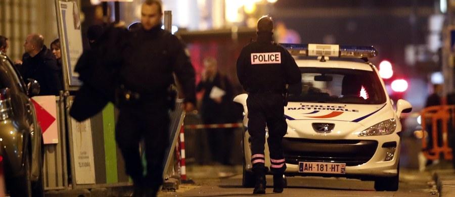 Biżuterię wartości ponad 4 milionów euro zrabowano z witryn jubilerów wystawiających swoje wyroby w luksusowym hotelu Ritz na placu Vendome w Paryżu - poinformowały źródła policyjne. Aresztowano trzech ludzi.