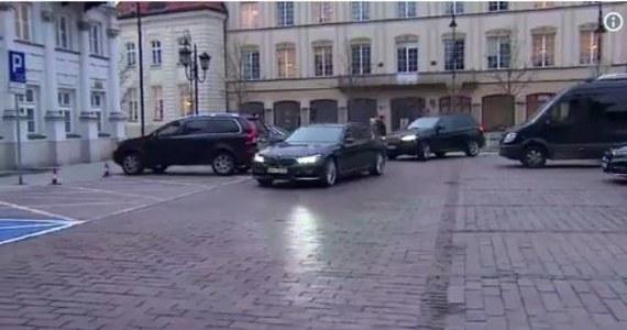 """""""Macierewicz karnie stawił się na obchodach miesięcznicy. Jego arogancja i buta, mimo dymisji, jest powalająca! Samochód parkuje na oznakowanych 2 miejscach dla inwalidy. Nam wolno wszystko. TO SIĘ AŻ PROSI O KOMENTARZ !!!!!!!!!!! - napisała na Twitterze posłanka PO Joanna Mucha."""