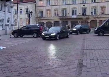 Limuzyna byłego szefa MON parkuje na miejscu dla niepełnosprawnych?
