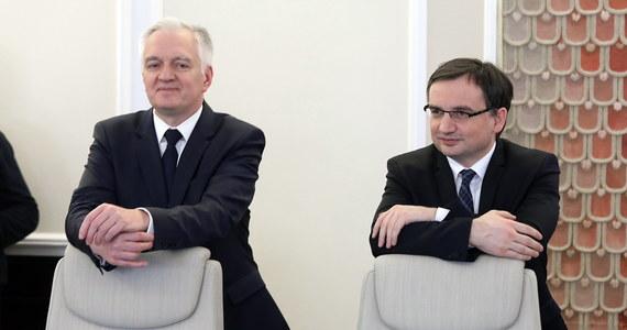 Nowy premier Mateusz Morawiecki na razie nie planuje odbierać ministrowi sprawiedliwości Zbigniewowi Ziobrze kontrolowanych przez niego spółek. Chodzi o firmy ubezpieczeniowe: PZU i Link4 oraz banki Pekao SA i Alior.
