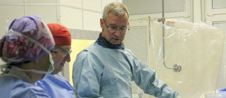 250 kardiologów z całej Europy zjechało do Wrocławia, by poszerzać swoją wiedzę o rotablacji. To skomplikowana metoda poszerzania naczyń wieńcowych i nadzieja dla wielu osób cierpiących na zaawansowane zmiany miażdżycowe. Szkolenie przygotował Ośrodek Chorób Serca 4. Wojskowego Szpitala Klinicznego. W czasie, gdy jedni lekarze będą operować, inni na bieżąco będą śledzić ich pracę na ekranach umieszczonych w sali konferencyjnej.