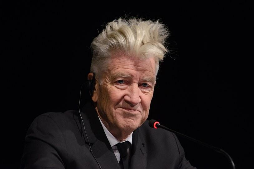 """Deskorolkę przesłaną przez Davida Lyncha z podpisami ekipy filmowej """"Twin Peaks"""" będzie można wylicytować na aukcji VIII Marszałkowskiego Balu Dobroczynnego w Toruniu. Dochód z imprezy trafi do regionalnych instytucji pomagającym m.in. samotnym matkom i niepełnosprawnym."""